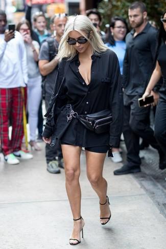 Cómo combinar: riñonera de cuero negra, sandalias de tacón de cuero negras, mallas ciclistas negras, camisa de vestir negra