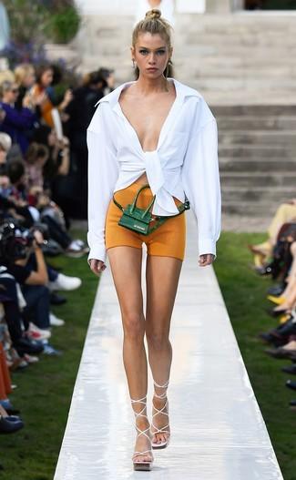 Cómo combinar: riñonera de cuero verde oscuro, sandalias de tacón de cuero blancas, mallas ciclistas mostaza, camisa de vestir blanca