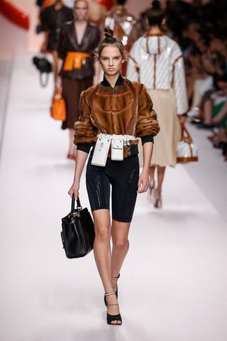 Cómo combinar: bolsa tote de cuero negra, sandalias de tacón de malla negras, mallas ciclistas negras, cazadora de aviador de pelo marrón