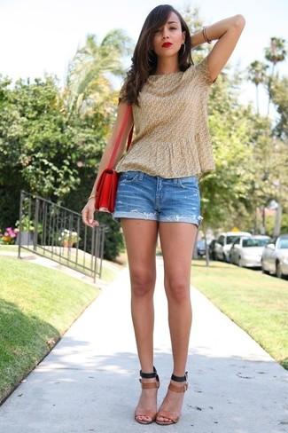 Combinar una blusa de manga corta amarilla: Considera ponerse una blusa de manga corta amarilla y unos pantalones cortos vaqueros azules para cualquier sorpresa que haya en el día. Sandalias de tacón de cuero marrón claro son una opción muy buena para complementar tu atuendo.