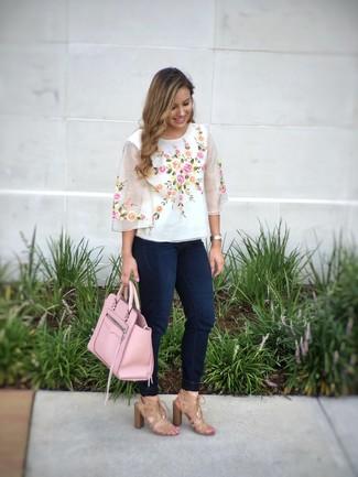 Cómo combinar: bolsa tote de cuero rosada, sandalias de tacón de ante marrón claro, vaqueros pitillo azul marino, blusa de manga corta bordada blanca