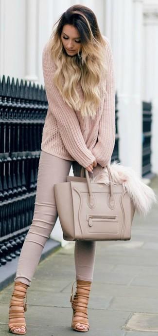 Cómo combinar: bolsa tote de cuero en beige, sandalias de tacón de ante marrón claro, vaqueros pitillo en beige, jersey oversized de punto en beige