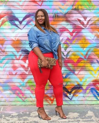 Cómo combinar: cartera sobre de ante de leopardo marrón claro, sandalias de tacón de cuero de leopardo marrón claro, vaqueros pitillo rojos, camisa vaquera azul