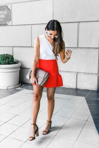 Cómo combinar: bolso de hombre de cuero acolchado gris, sandalias de tacón de cuero marrónes, minifalda roja, blusa sin mangas blanca