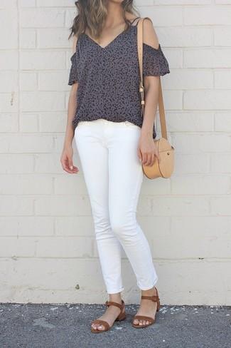 Cómo combinar: bolso bandolera de cuero marrón claro, sandalias de tacón de ante marrónes, vaqueros blancos, top con hombros descubiertos con print de flores negro