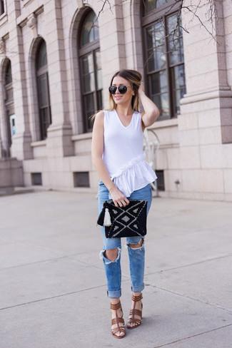 Cómo combinar: cartera sobre de punto negra, sandalias de tacón de cuero marrónes, vaqueros pitillo desgastados azules, blusa sin mangas con volante blanca