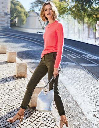 Cómo combinar: mochila con cordón de cuero plateada, sandalias de tacón de cuero marrónes, vaqueros pitillo verde oliva, jersey con cuello circular rosa
