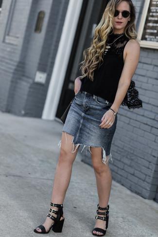 Cómo combinar: bolso bandolera de cuero negro, sandalias de tacón de cuero negras, minifalda vaquera gris, blusa sin mangas de encaje negra