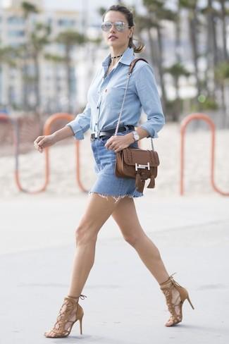 Cómo combinar: bolso bandolera de cuero marrón, sandalias de tacón de ante marrónes, minifalda vaquera azul, camisa de vestir de cambray celeste