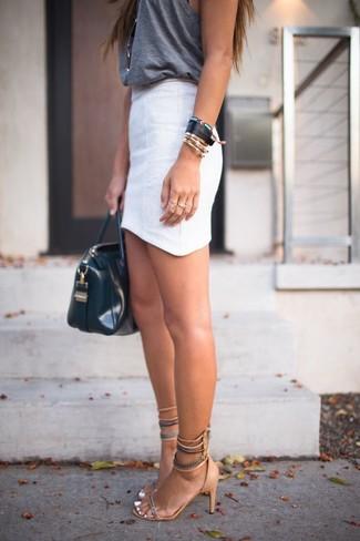 Cómo combinar: bolsa tote de cuero negra, sandalias de tacón de ante marrón claro, minifalda blanca, camiseta sin manga en gris oscuro