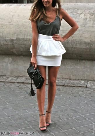 Cómo combinar: cartera sobre de cuero con tachuelas negra, sandalias de tacón de cuero negras, falda con volante blanca, camiseta sin manga en gris oscuro