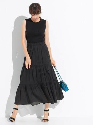 Cómo combinar: bolso bandolera de cuero en verde azulado, sandalias de tacón de cuero negras, falda midi plisada negra, camiseta sin manga de punto negra