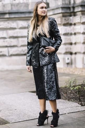 Combinar un blazer de lentejuelas en negro y blanco: Intenta combinar un blazer de lentejuelas en negro y blanco junto a una falda pantalón de lentejuelas negra y te verás como todo un bombón. Sandalias de tacón de pelo negras son una opción inmejorable para complementar tu atuendo.