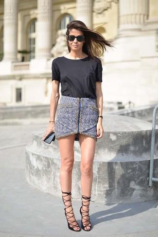Cómo combinar: gafas de sol negras, sandalias de tacón de cuero negras, minifalda de tweed azul, camiseta con cuello circular negra