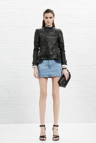 Cómo combinar: cartera sobre de cuero negra, sandalias de tacón de cuero negras, minifalda vaquera celeste, chaqueta motera de cuero negra