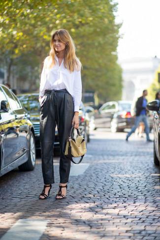 Look de moda: Bolsa tote de cuero marrón claro, Sandalias de tacón de ante negras, Pantalón de pinzas de cuero negro, Camisa de vestir blanca