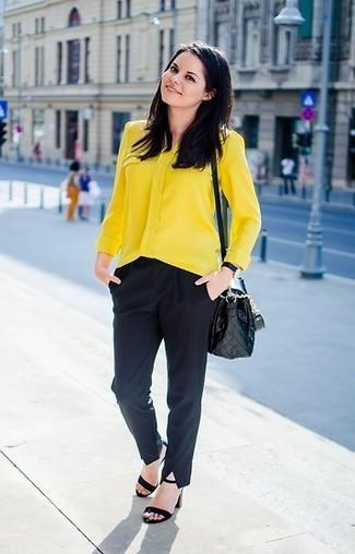Cómo combinar: bolso bandolera de cuero acolchado negro, sandalias de tacón de ante negras, pantalón de vestir negro, blusa de botones amarilla