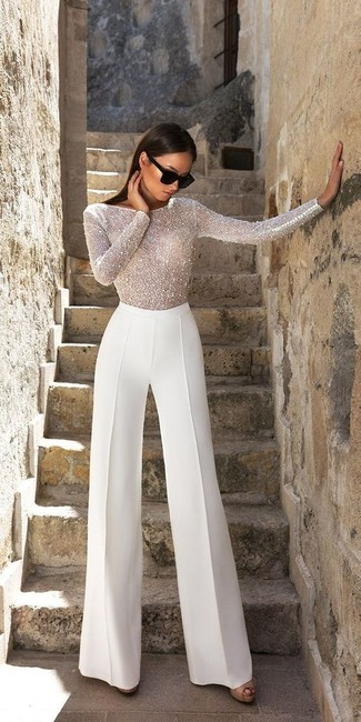 Cómo combinar: gafas de sol negras, sandalias de tacón de cuero negras, pantalones anchos blancos, blusa de manga larga con cuentas blanca