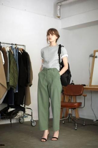 Cómo combinar: mochila de lona negra, sandalias de tacón de ante negras, pantalones anchos verde oliva, jersey de manga corta gris