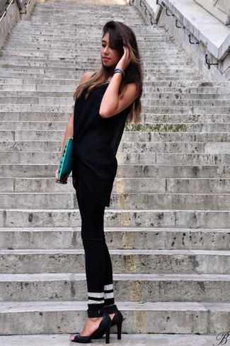 Cómo combinar: cartera sobre de cuero estampada azul, sandalias de tacón de cuero negras, pantalones pitillo de rayas horizontales en negro y blanco, túnica de malla negra