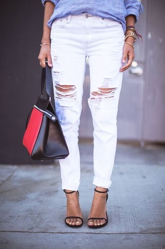 Cómo combinar: bolsa tote de cuero en rojo y negro, sandalias de tacón de cuero negras, vaqueros boyfriend desgastados blancos, camisa de vestir de rayas verticales azul