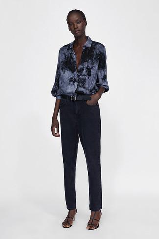 Cómo combinar: correa de cuero negra, sandalias de tacón de cuero negras, vaqueros negros, camisa de vestir efecto teñido anudado en gris oscuro