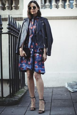 Cómo combinar: cartera sobre de cuero negra, sandalias de tacón de cuero negras, vestido amplio con print de flores azul, chaqueta motera de cuero negra