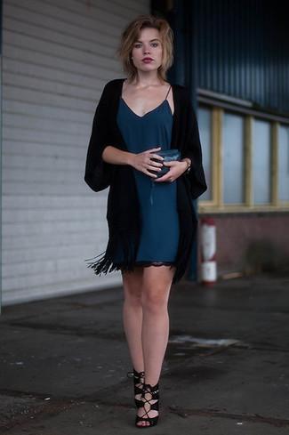 Outfits mujeres: Para crear una apariencia para un almuerzo con amigos en el fin de semana empareja un quimono negro junto a un vestido camisola en verde azulado. Sandalias de tacón de ante negras son una opción excelente para completar este atuendo.