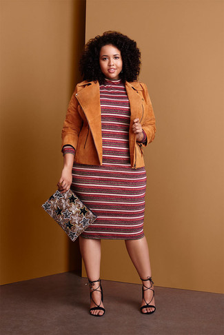 Cómo combinar: cartera sobre con cuentas dorada, sandalias de tacón de ante negras, vestido jersey de rayas horizontales burdeos, chaqueta motera de ante marrón claro