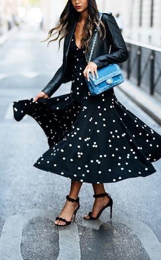 Combinar un bolso de hombre: Considera emparejar una chaqueta motera de cuero negra con un bolso de hombre transmitirán una vibra libre y relajada. Sandalias de tacón de cuero negras son una opción atractiva para completar este atuendo.