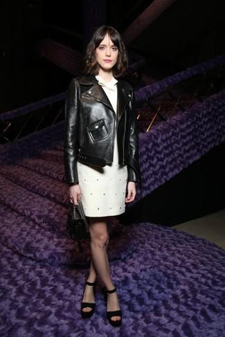 Cómo combinar: cartera de cuero negra, sandalias de tacón de ante negras, vestido recto con adornos blanco, chaqueta motera de cuero negra