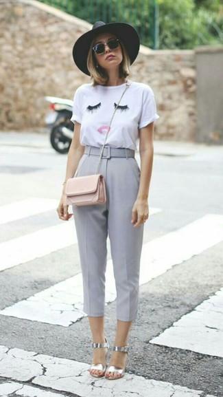 Cómo combinar: bolso bandolera de cuero rosado, sandalias de tacón de cuero plateadas, pantalón capri gris, camiseta con cuello circular bordada blanca
