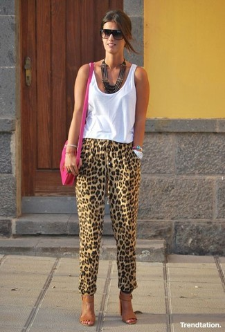 Cómo combinar: bolso bandolera de cuero rosa, sandalias de tacón de cuero marrónes, pantalón de pinzas de leopardo marrón claro, camiseta sin manga blanca