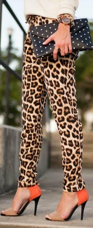 Cómo combinar: cartera sobre a lunares en negro y blanco, sandalias de tacón de ante marrón claro, pantalón de pinzas de leopardo marrón claro, jersey con cuello circular en beige