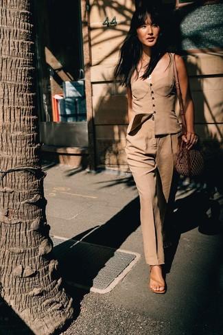 Cómo combinar: bolso bandolera de paja marrón, sandalias de tacón de cuero marrón claro, pantalón de vestir marrón claro, corsé marrón claro