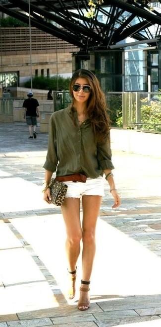 Cómo combinar: cartera sobre de ante de leopardo marrón claro, sandalias de tacón de cuero marrón claro, pantalones cortos vaqueros blancos, blusa de botones verde oliva