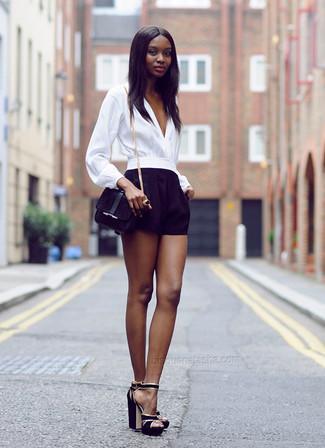 Combinar un bolso bandolera de ante negro: Elige una blusa de manga larga blanca y un bolso bandolera de ante negro para un look agradable de fin de semana. Sandalias de tacón de ante negras son una opción buena para complementar tu atuendo.