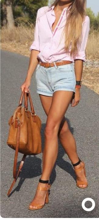 Cómo combinar: bolsa tote de cuero en tabaco, sandalias de tacón de cuero marrón claro, pantalones cortos vaqueros celestes, camisa de vestir de rayas verticales rosada
