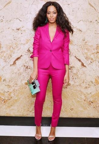 Cómo combinar: cartera sobre en verde menta, sandalias de tacón de cuero en beige, pantalones pitillo rosa, blazer rosa