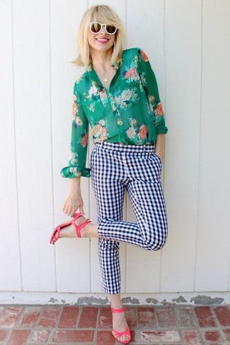 Cómo combinar: gafas de sol blancas, sandalias de tacón de cuero rosa, pantalones pitillo a cuadros en blanco y azul marino, camisa de vestir con print de flores verde
