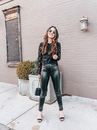 Cómo combinar: bolso bandolera de cuero acolchado negro, sandalias de tacón de cuero negras, pantalones pitillo de cuero negros, camiseta de manga larga de encaje negra