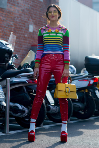 Cómo combinar: bolso de hombre de cuero amarillo, sandalias de tacón de ante rojas, pantalones pitillo de cuero rojos, jersey con cuello circular de rayas horizontales en multicolor