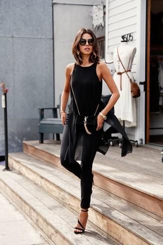 Unos pantalones pitillo de vestir con una túnica en negro y blanco: Opta por una túnica en negro y blanco y unos pantalones pitillo para crear una apariencia elegante y glamurosa. Sandalias de tacón de ante negras son una opción inmejorable para complementar tu atuendo.
