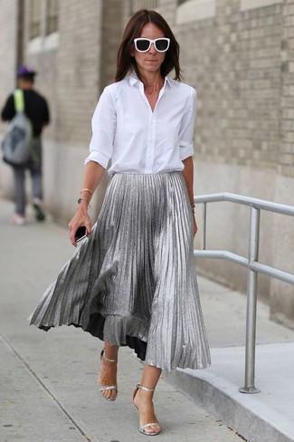 Cómo combinar: gafas de sol en negro y blanco, sandalias de tacón de cuero plateadas, falda midi plisada plateada, camisa de vestir blanca