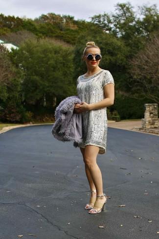 Combinar un vestido recto plateado: Ponte un vestido recto plateado y una chaqueta de piel gris para crear un estilo informal elegante. Sandalias de tacón de cuero plateadas son una opción muy buena para complementar tu atuendo.
