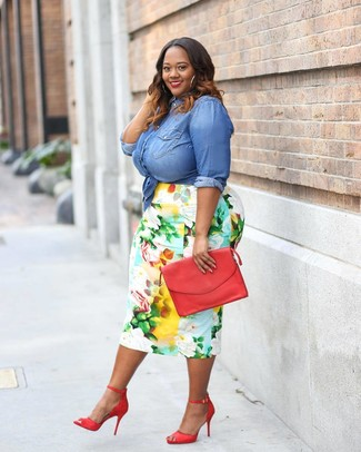 Cómo combinar: cartera sobre de cuero roja, sandalias de tacón de cuero rojas, falda lápiz con print de flores en multicolor, camisa vaquera azul