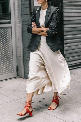 Combinar un bolso de hombre de cuero negro: Equípate un blazer negro con un bolso de hombre de cuero negro transmitirán una vibra libre y relajada. Sandalias de tacón de cuero rojas son una opción práctica para complementar tu atuendo.