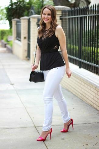 Cómo combinar: bolso bandolera de cuero acolchado negro, sandalias de tacón de satén rosa, vaqueros pitillo blancos, blusa sin mangas negra