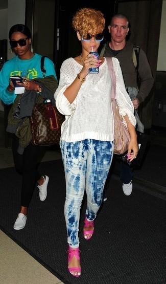 Look de Rihanna: Bolsa tote de lona rosada, Sandalias de tacón de cuero rosa, Vaqueros pitillo efecto teñido anudado celestes, Jersey oversized de punto blanco