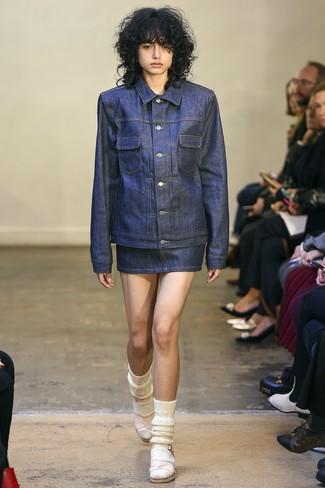 Cómo combinar: calcetines de lana blancos, sandalias de tacón de cuero rosadas, minifalda vaquera azul marino, chaqueta vaquera azul marino
